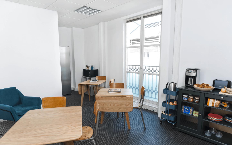 Un espace détente & snacks à volonté avec fauteuils et chaise de massage<br/><p>+</p>