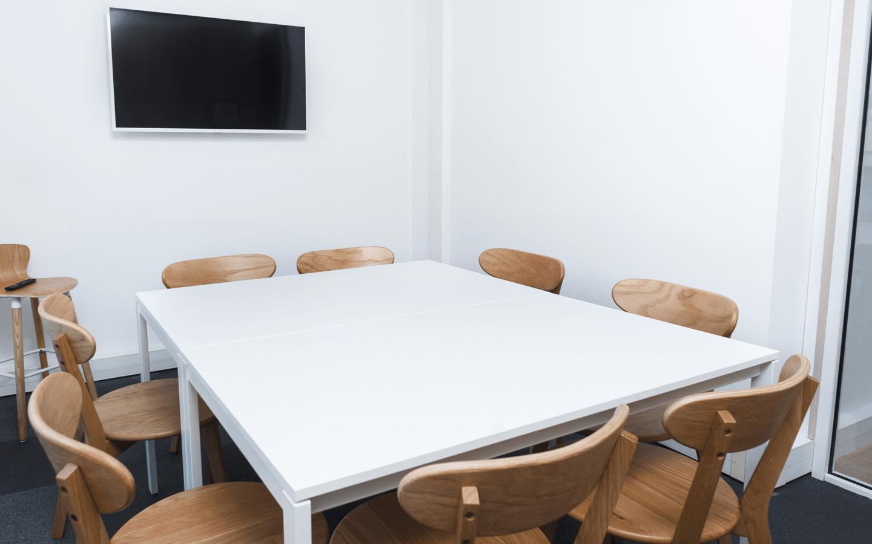 La Huit<br/> Salle de réunion pour 8 personnes avec écran vidéo, tableau <br/><p>+</p>